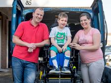 Zieke Benjamin (6) dolblij met nieuwe rolstoelbus