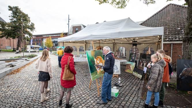 Schilderen op straat in Rijssen: 'Bent u beroemd?' - 'Nou nee, maar ik exposeer wel'
