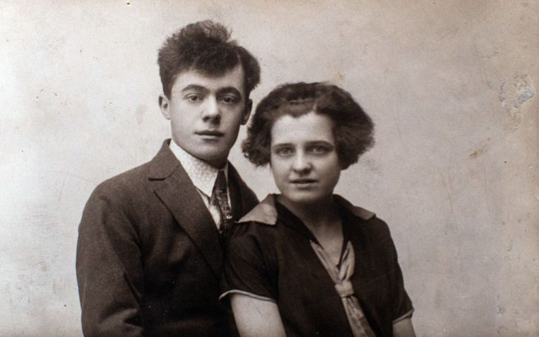 De ouders van Yvette in betere tijden. 'Ik wist alleen dat vader stiekem naar de BBC luisterde.'  Beeld Bob Van Mol