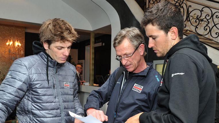 Jurgen Roelandts (l) en Tiesj Benoot (r) krijgen instructies Beeld Photo News