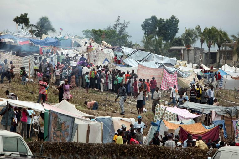 Reddingsteams helpen begin 2010 in Port-au-Prince duizenden mensen getroffen door een zware aardbeving. Beeld Photo News