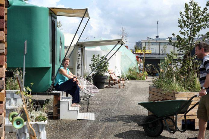 Laura Abbink zit op het trapje dat toegang biedt aan de Green Pea, een de populairste slaapobjecten op het voormalige terrein van installatiebedrijf Croonwolter & Dros. De kleine stadscamping Culture Campsite mag in ieder geval tot en met 2023 blijven staan.