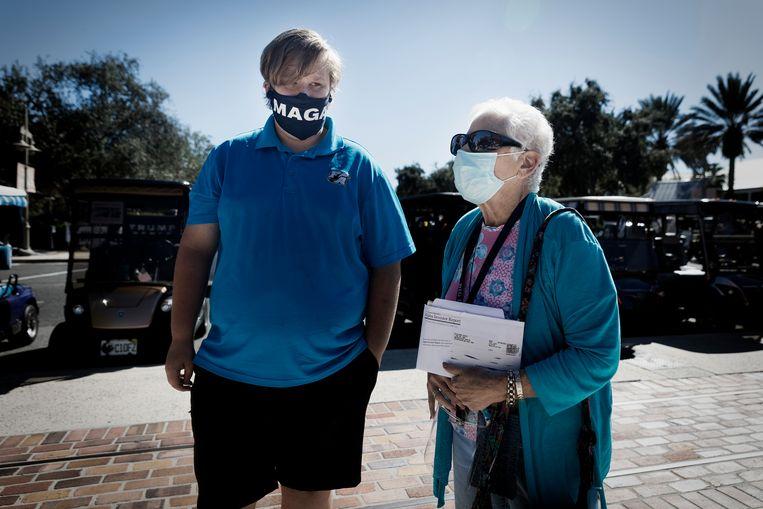 Rita Gallin en haar kleinzoon Ben blijven Trump trouw. 'Hij brengt het patriottisme in ons naar boven en zorgt dat de economie blijft draaien. Dat vind ik belangrijk voor mijn kleinkinderen.' Beeld Daniel Rosenthal / de Volkskrant
