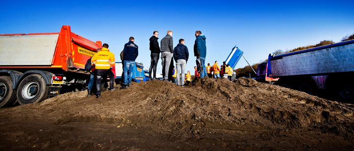Bouwers protesteren op het Malieveld. Ze zijn bezorgd over hun banen.