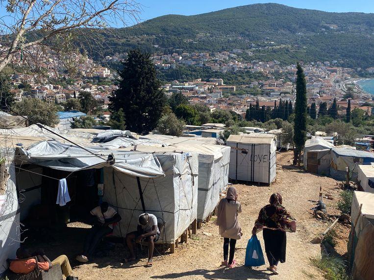 De koepeltentjes buiten het kamp hebben mettertijd plaatsgemaakt voor hutten en enkele sanitaire voorzieningen. Beeld Thijs Kettenis