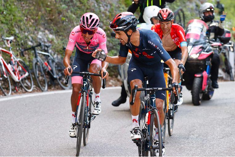 Daniel Martinez, renner van Team Ineos moedigt zijn ploeggenoot Egan Bernal aan. Beeld AFP