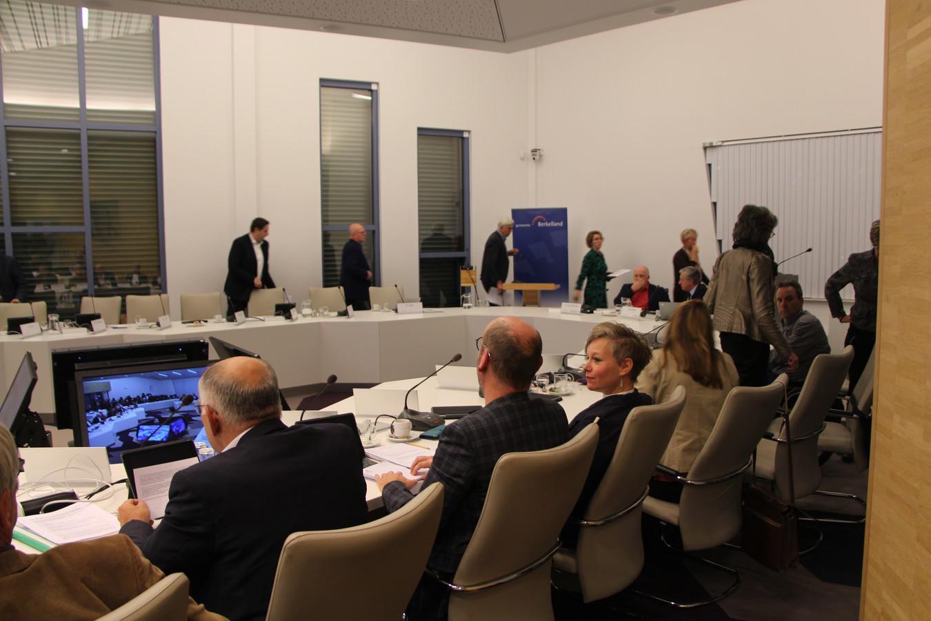 Na het indienen van de motie trekt de CDA-fractie zich terug voor beraad.
