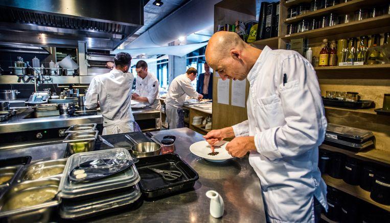 Luc Kusters van restaurant Bolenius met een makreelgerecht. Veel sterrenrestaurants hebben geen diervriendelijke menukaart, maar Bolenius krijgt van dierenwelzijnsorganisatie Varkens in Nood een zeer dikke voldoende.  Beeld Raymond Rutting