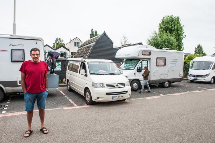 Alain Dickx voor zijn camper die klem is gezet door het busje van de Spanjaarden.
