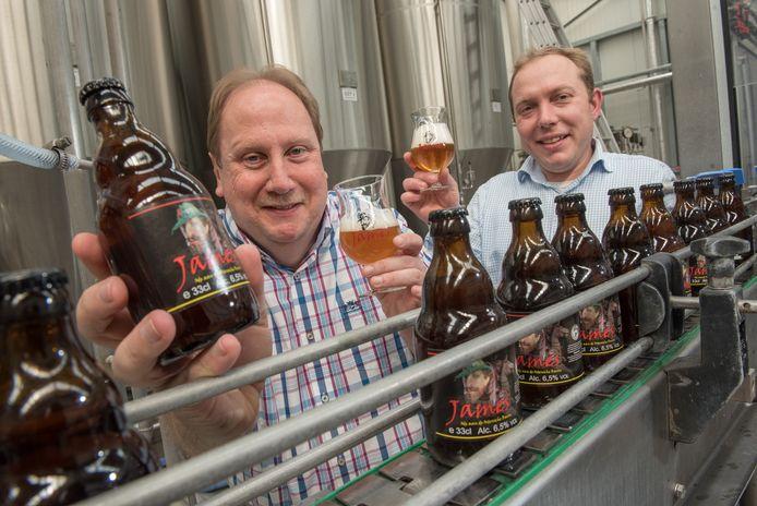 Alain Senechal (links) met zijn eigen bier bij brouwer Frederik De Vrieze van de brouwerij Contreras.