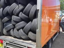Politie vindt zwangere vrouw en vijf kinderen ingeklemd tussen autobanden in vrachtwagen