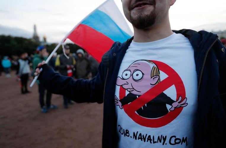 Een demonstrant draagt een T-shirt met een karikatuur van Poetin. Beeld epa