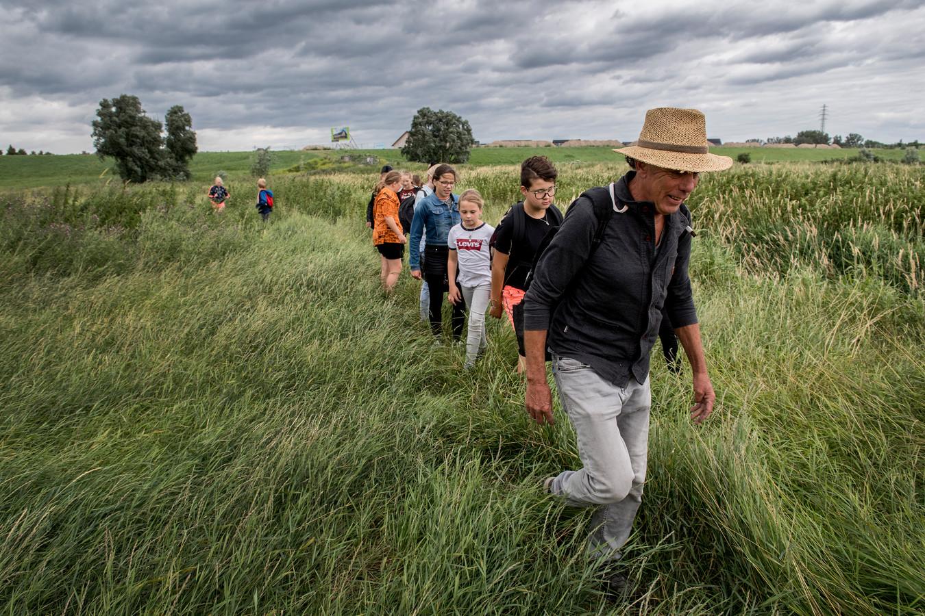 Kinderen Aarden in de Uiterwaarden onder leiding van Kasper Heineke - natuurgebied Klein Willemswaard.