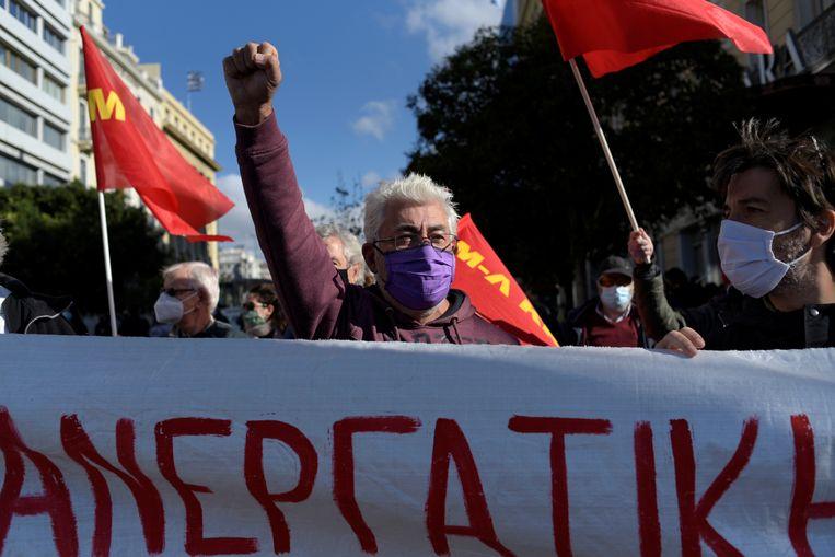 Demonstranten uit de zorgsector eisen meer investeringen en personeel tijdens een actie in Athene, eind november. Beeld REUTERS