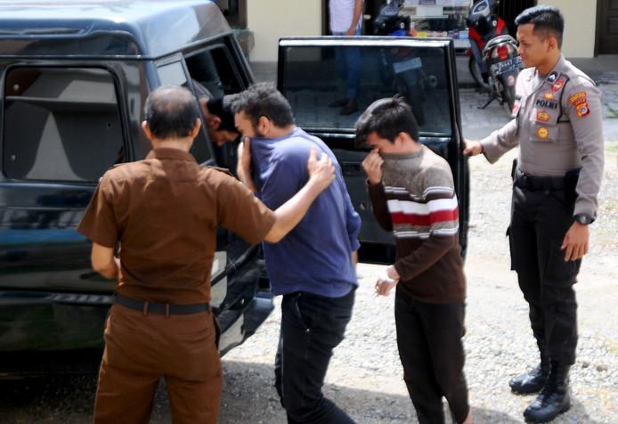 De arrestatie van de mannen die veroordeeld zijn voor seksualiteit in Atjeh.