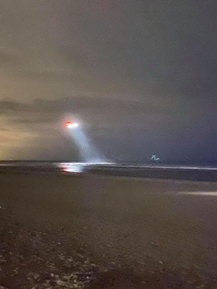 De NH90 Cayman-helikopter van Defensie houdt een zoektocht boven zee.