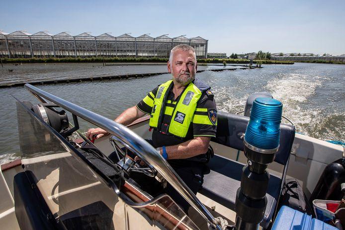 Politieagent Erik Smit controleert boten op het water.