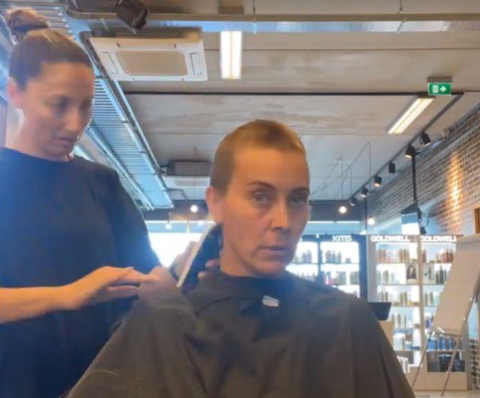 Anouk in de stoel bij de kapper.