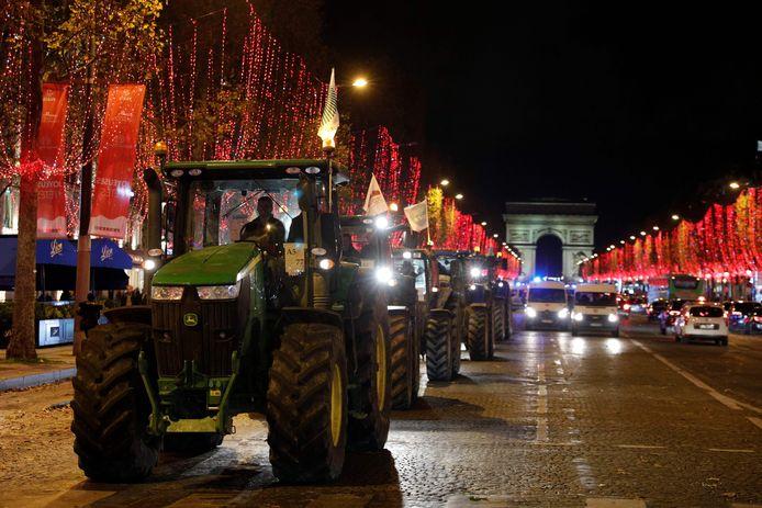 Protesterende boeren kwamen met hun tractoren naar de Champs-Élysées in Parijs.