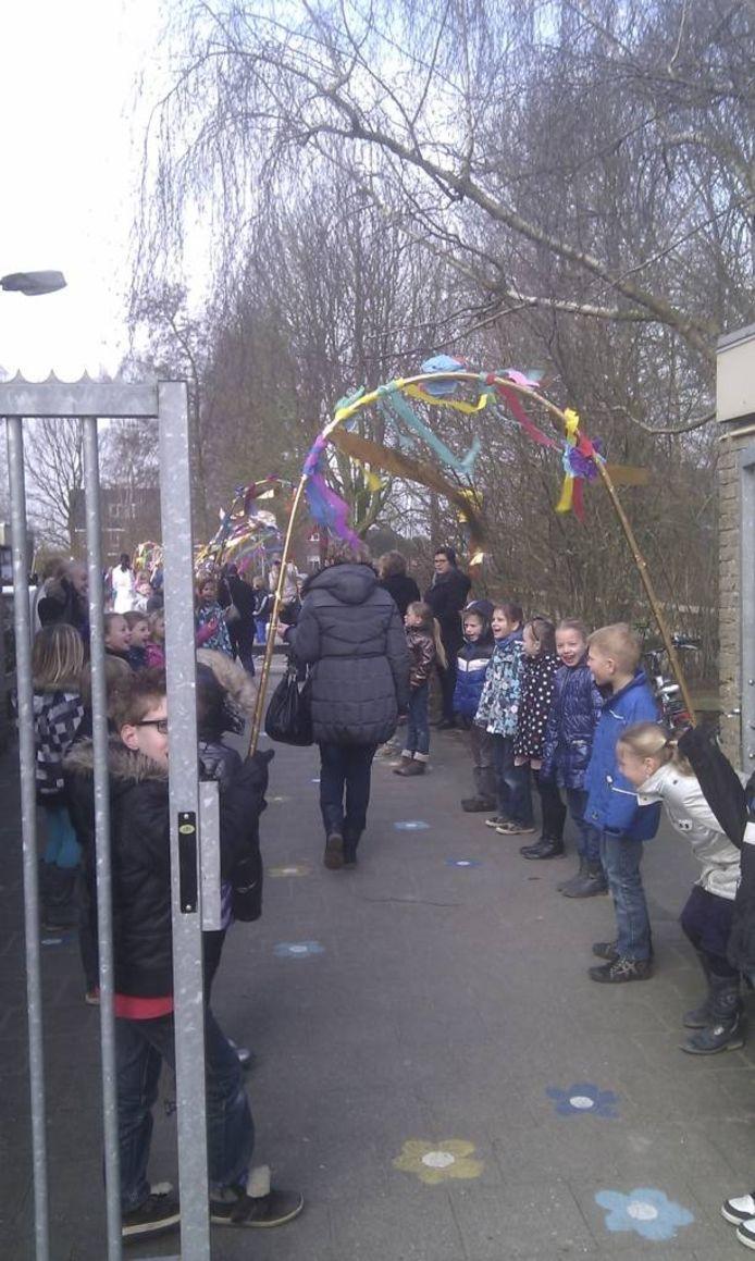 Carola van Wijk loopt op het schoolplein door een erehaag.