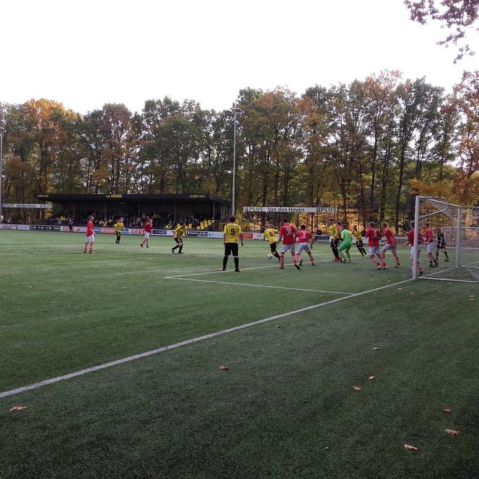 Maarten Tuin staat klaar om de 1-1 binnen te schieten tegen Dwingeloo.