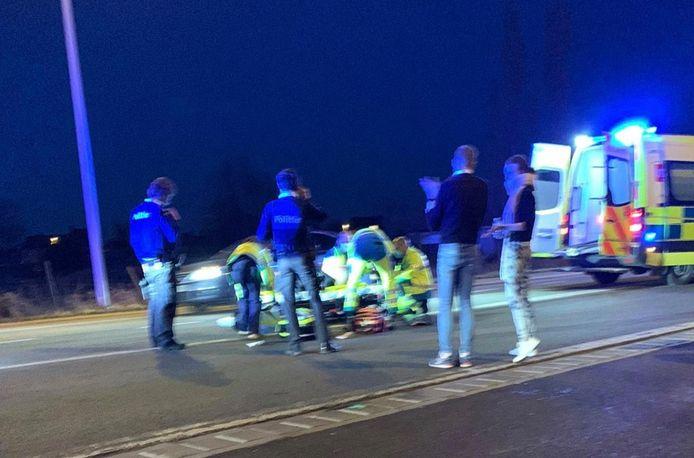 De hulpdiensten ontfermen zich over het slachtoffer van de steekpartij op de Rijksweg in Izegem.