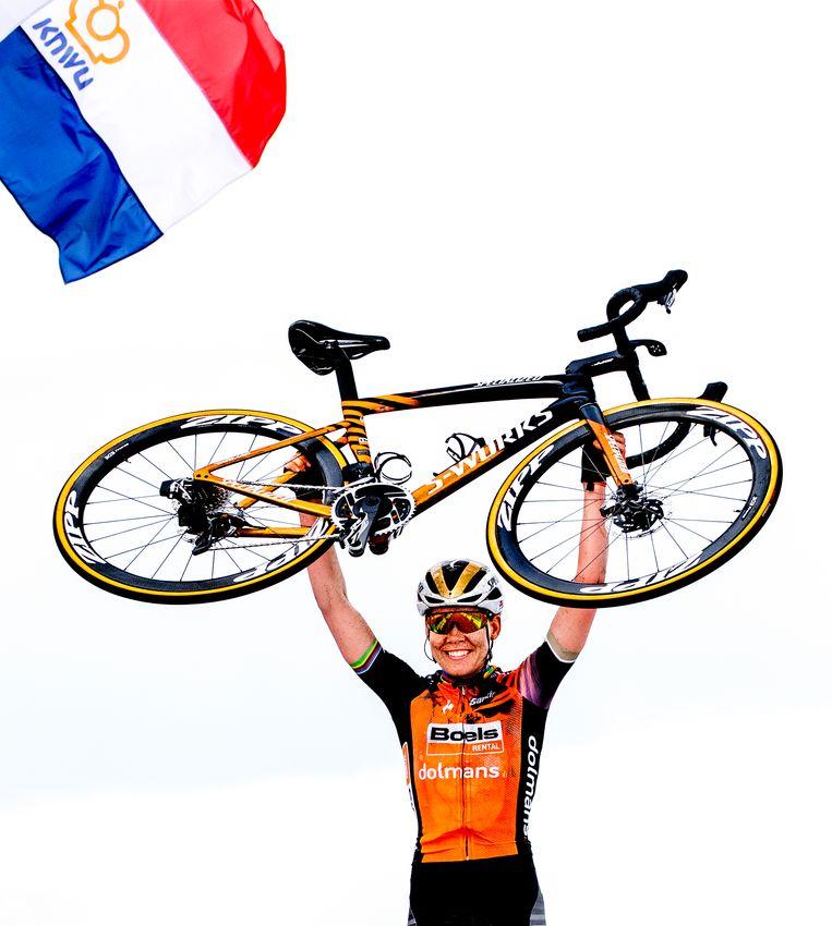 Anna van der Breggen tilt op de finishlijn haar fiets omhoog na het winnen van het NK wielrennen, 22 augustus 2020. Beeld Klaas Jan van der Weij