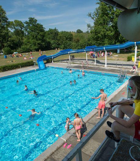 Zwembad kan vol lopen op een tropische woensdag in coronatijd: ook in het water anderhalve meter