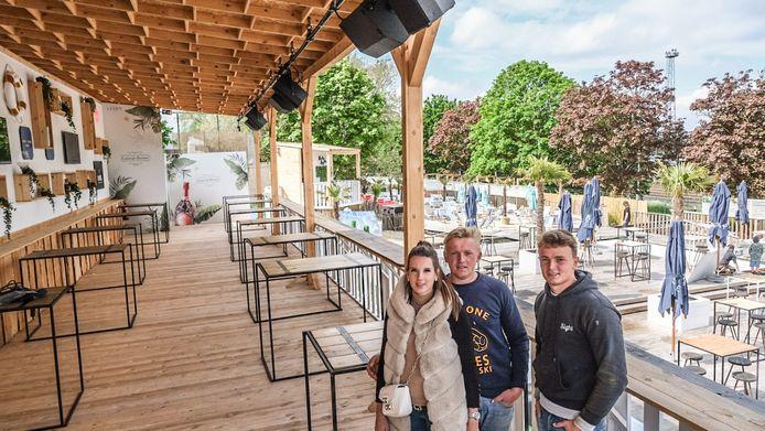 Kelly Libaers, Mathieu Clarysse en Dino Verhelst, aan het nieuwe overdekte deel van Azuro. Helemaal achteraan zie je de nieuwe dj-booth