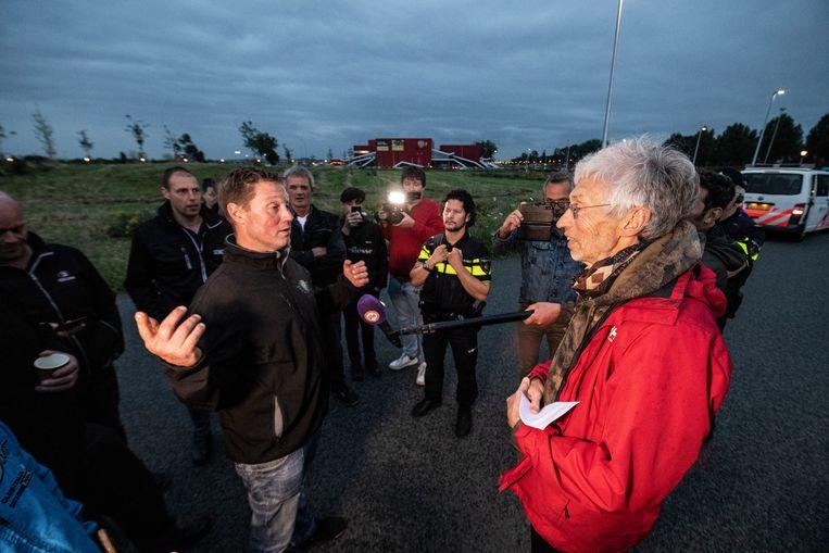 Achterhoekse boeren zoeken milieuactivist Johan Vollenbroek (rechts) op om met hem in discussie te gaan. Beeld Paul Rapp