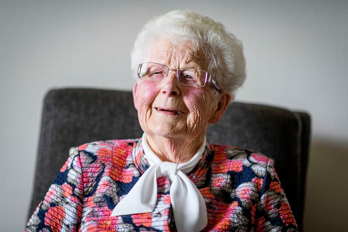 """De 99-jarige Marie Kreuwel-Sand is de oudste nog levende leerling van de St. Alphonsusschool in Harbrinkhoek-Mariaparochie, die dit jaar 100 jaar bestaat. """"Het ging er in die tijd veel strenger aan toe dan tegenwoordig."""""""