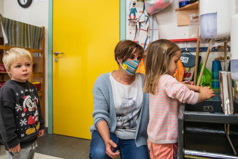 Kindjes wassen hun handen regelmatig in 't Sprinkhaantje, onder toeziend oog van de juf.