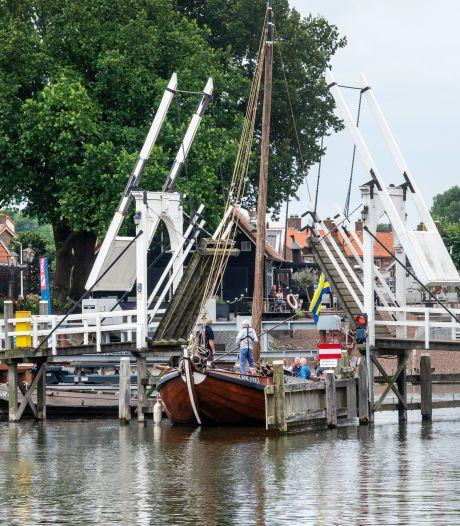 Een romantische trouwfoto maken op het ophaalbruggetje in Harderwijk? Wees er snel bij!