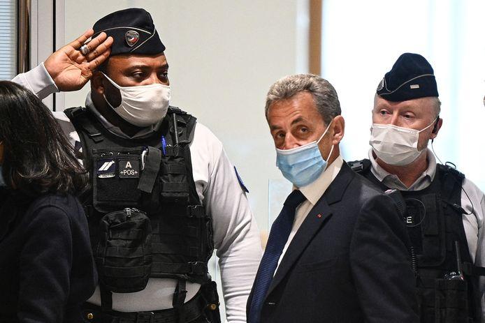 Oud-president Nicolas Sarkozy verlaat de rechtbank in Parijs, maar wilde geen commentaar kwijt.