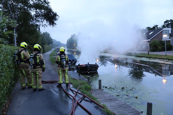 Een sloep is zaterdagochtend volledig uitgebrand in het water langs de Huis ter Lucht in Maasland. Bij de brand kwam veel rook vrij.