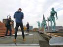 Stadsdichter Jos Eertink draagt voor op het dak van de voormalige schouwburg, voor het eerste Van Haag tot Wal Festival.