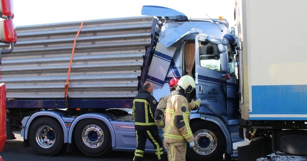 Botsing tussen drie trucks bij Holten: lange file tussen Deventer en Hengelo.