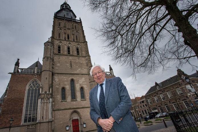 Wout Kruidenier, bestuurslid van de Stichting Oude Gelderse Kerken, voor de Walburgiskerk in Zutphen. Ook deze kerk is in handen van de SOGK.