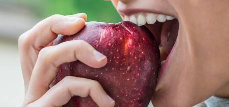Waarom je na het eten van een hele appel voller zit dan wanneer je hem in stukken eet