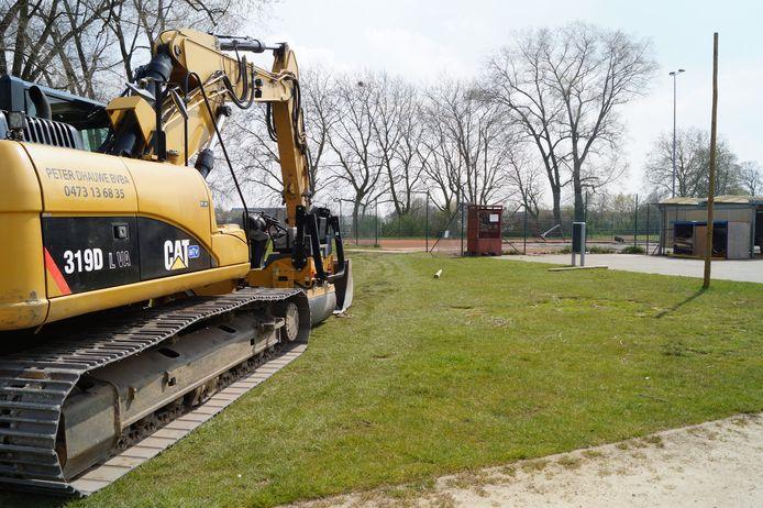 Een aannemer is gestart met de grondwerken voor de aanleg van twee padelvelden.
