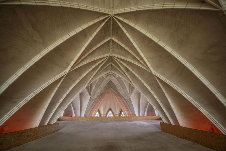 Een archiefbeeldje van het platform dat onder het dak werd geïnstalleerd om zo een extra verdieping te creëren.        Foto Henk Deleu