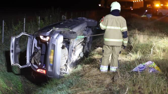 Auto belandt op zijn kop in de sloot langs snelweg bij Schaijk