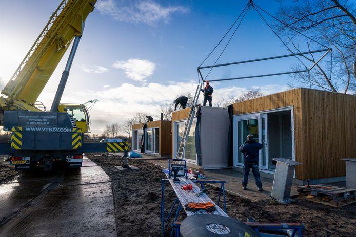 December 2018: de eerste tiny houses worden met behulp van een hijskraan op hun plek gezet in Meinerswijk. Volkshuisvesting Arnhem zoekt nu naar een nieuwe locatie voor de woninkjes.