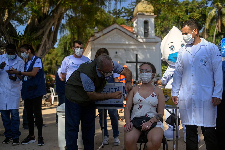 Minister van Gezondheid Marcelo Queiroga zet eerder deze maand hoogstpersoonlijk de eerste prik bij de start van een vaccinatiecampagne op het Braziliaanse eiland Paquetá. Beeld AFP