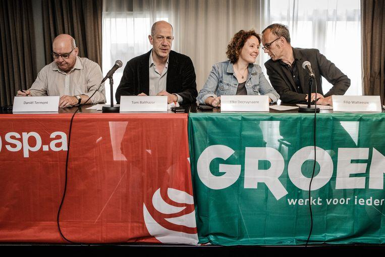 Tom Balthazar en Daniel Termont (sp.a) en Elke Decruynaere en Filip Watteeuw (Groen). Beeld Bob Van Mol