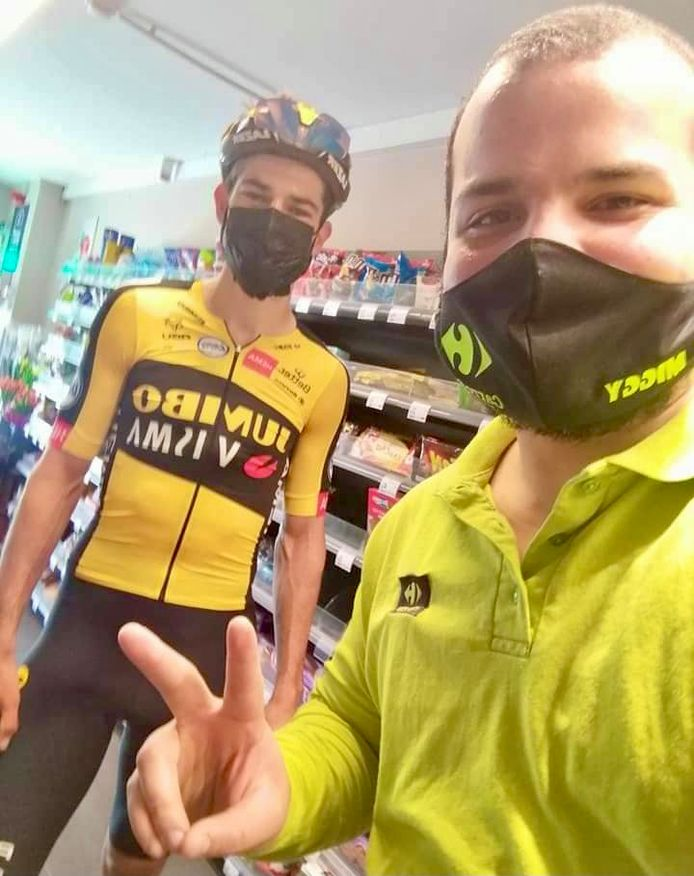 Ook winkelbediende Miguel, collega van Wannes, ging op foto met Van Aert.