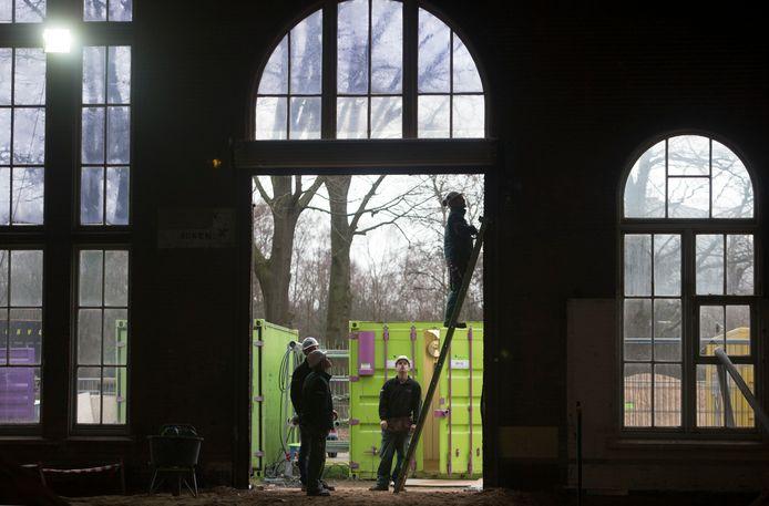 Bouwlieden aan het werk in de voormalige Prins Frisokazerne in Ede, het beoogde onderkomen van het World Art Center (archieffoto).