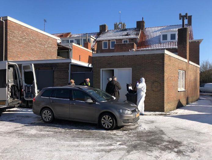De politie onderzoekt in Oostburg Het Spirituele Huisje Lotus, de winkel van de 44-jarige vrouw uit Aardenburg die aangehouden is voor de vermissing van Ichelle.