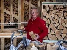 Haardhout is door stijgende energieprijs bijna niet aan te slepen, merkt verkoper Wilko Rook uit Marknesse: 'Lijkt op schaatsgekte'
