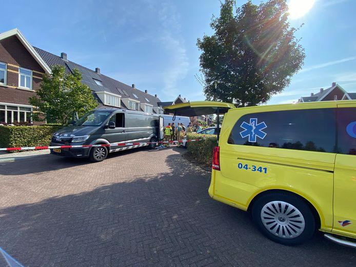 De explosieven opruimingsdienst is bezig met het verwijderen van een explosieve lading uit een woning aan de Leembergerhout in Harderwijk.